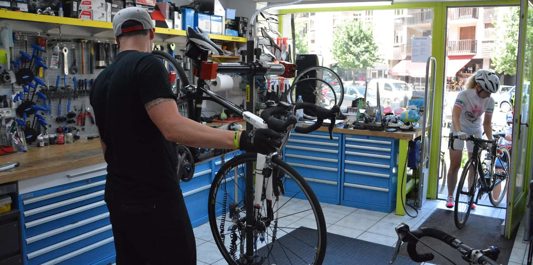 technicien  f  chez cycles et sports