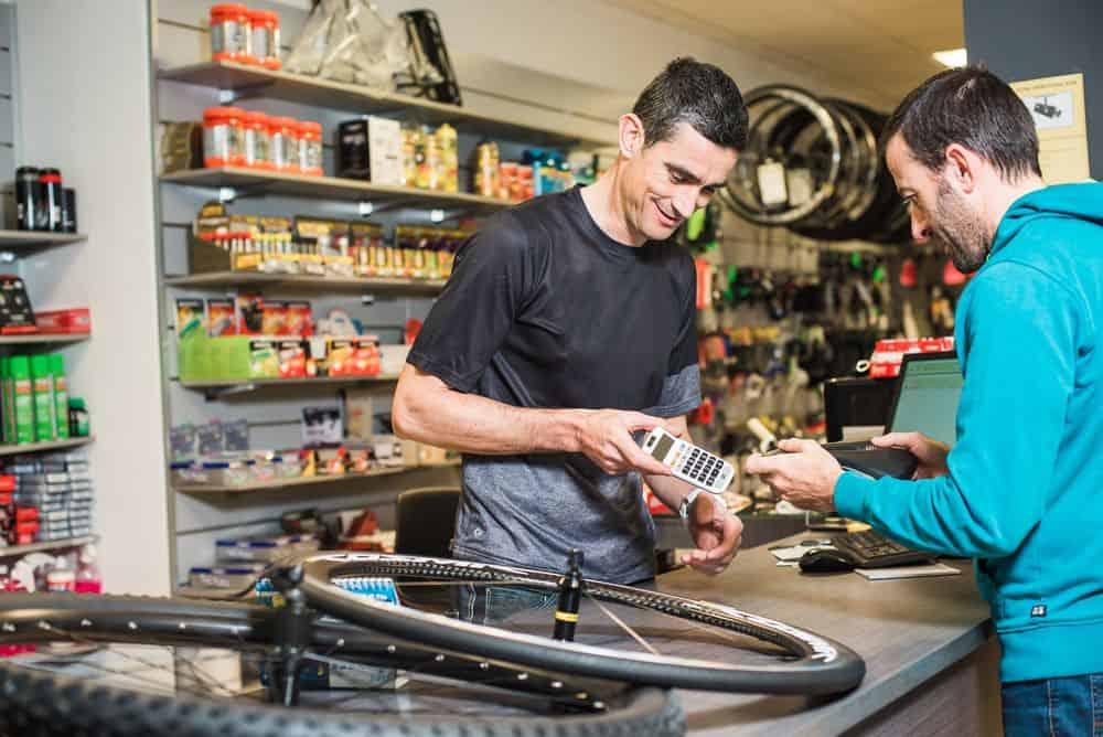 Vendeur en magasin de sport spécialisé cycle