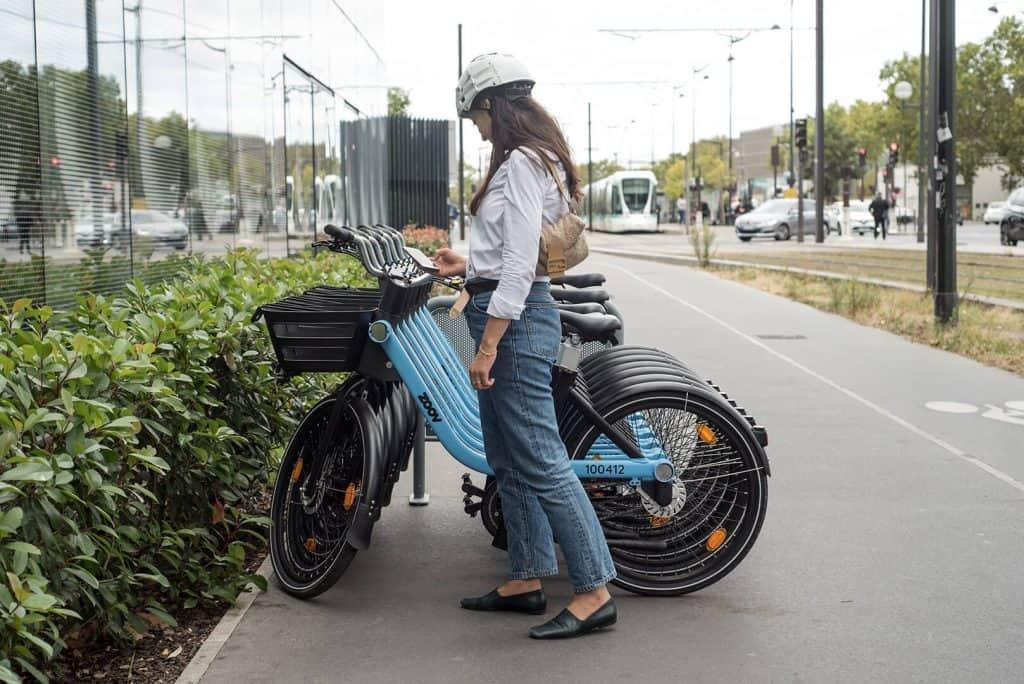 Agent de maintenance d'une flotte de vélos électriques partagés